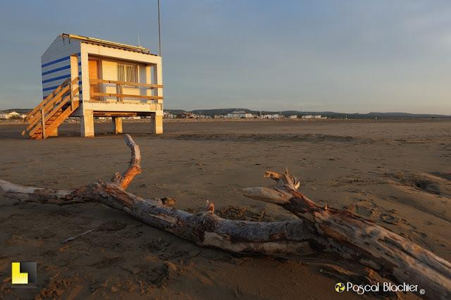 cabine de secours sur la plage de guissan photo blachier pascal