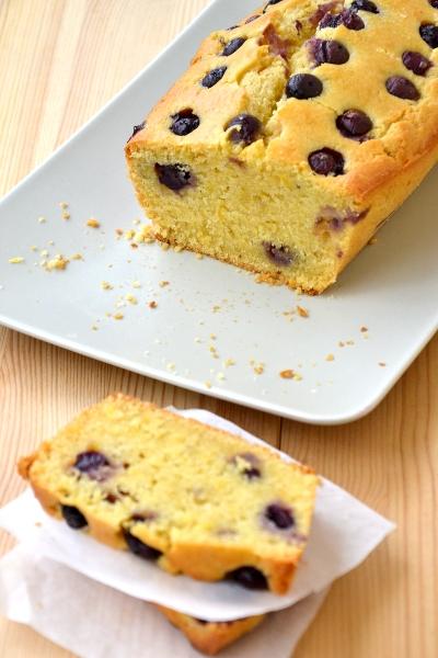 plumcake con farina gialla, limone e mirtilli