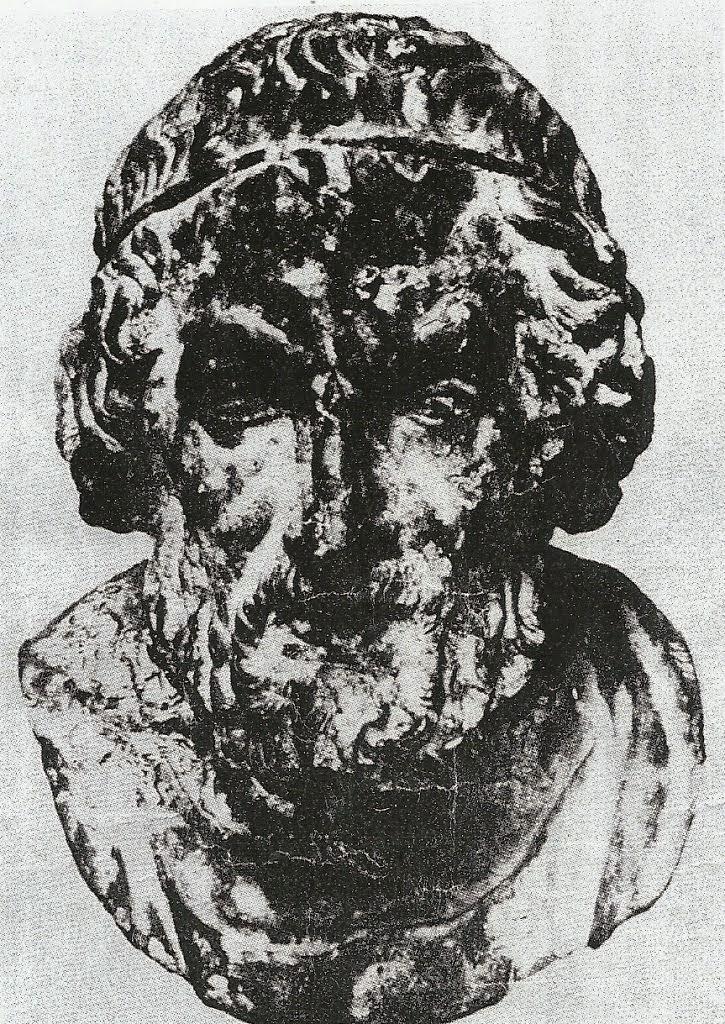 Το πνεύμα της πέτρας, του θεού-δαίμονος-τυφλού ποιητή, απεικονίζεται εντός των προτομών του Ομήρου.