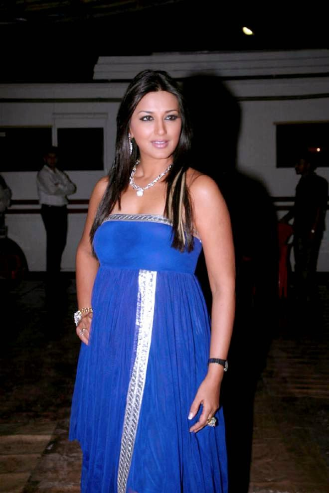 Sonali Bendre Cleavage Wallpapers