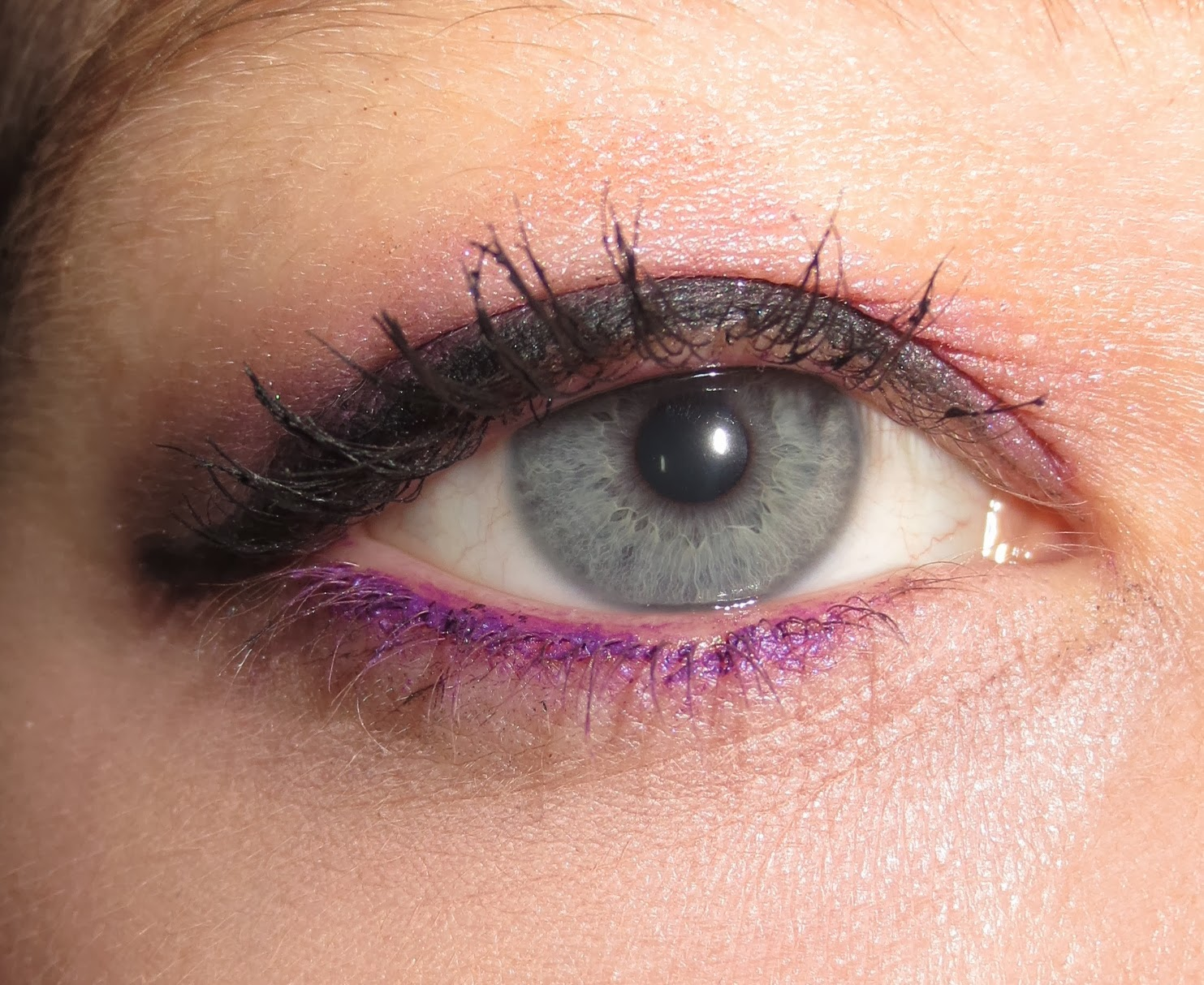Annabelle Smoothie Eyeshadow Pencil in Grapefull on Eyes