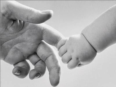 criança segura dedo da mão de seu pai