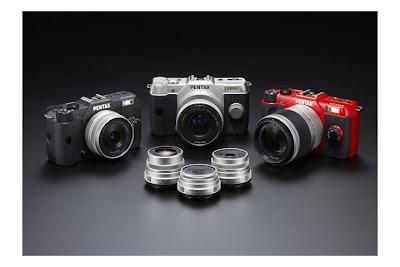 Fotografia della Pentax Q10 nei colori nero, silver e rosso