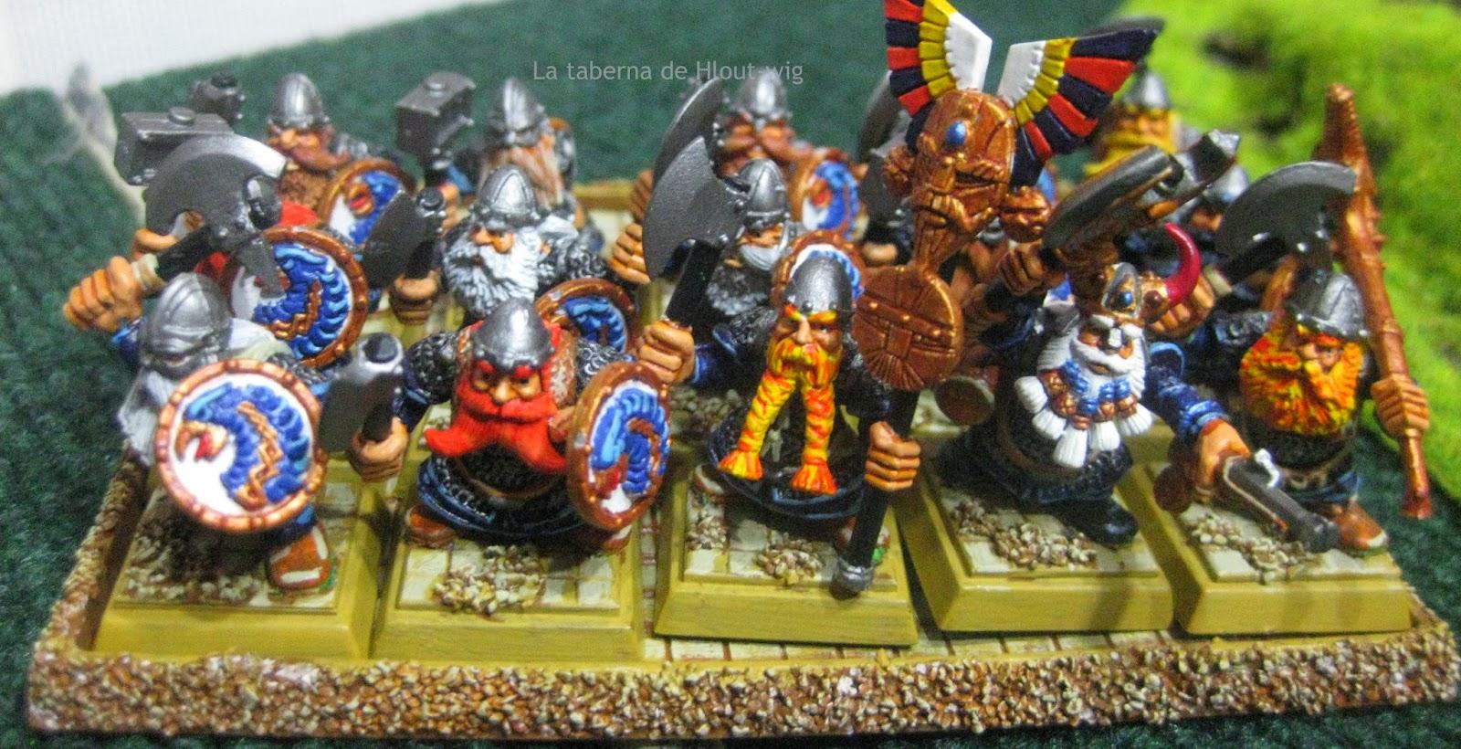 guerreros del clan con arma de mano y escudo