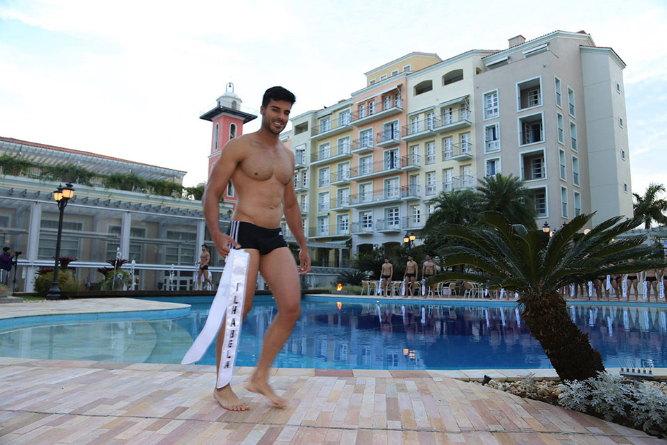 Anderson Tomazini desfila de sunga na prova Beach Hunk e mostra o corpo sarado Foto: Leonardo Rodrigues