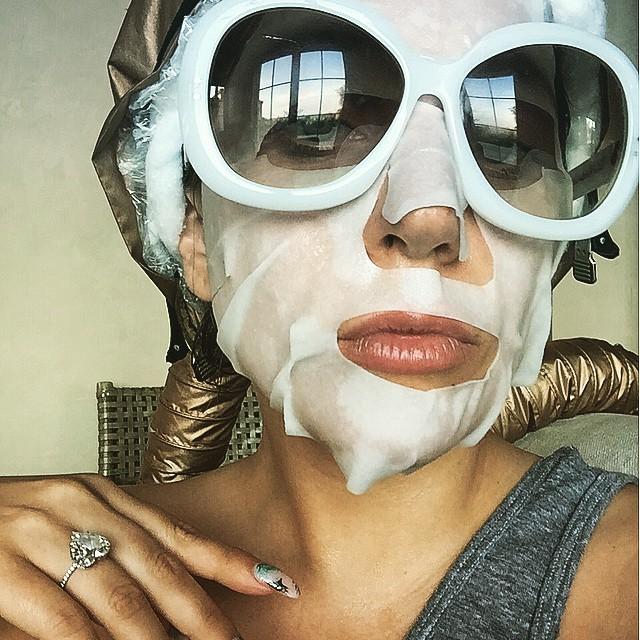 Lady Gaga con su mascarilla de belleza.