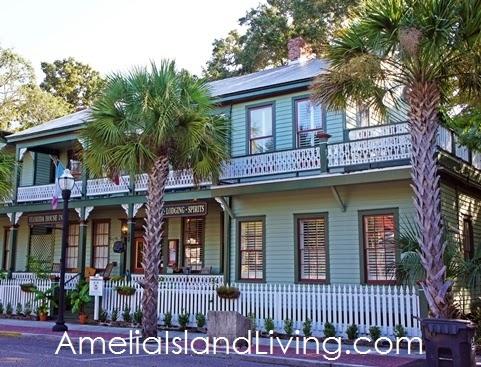 Casa de madera antigua pintada a color en Amelia Island