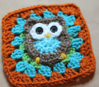 http://translate.google.es/translate?hl=es&sl=auto&tl=es&u=http%3A%2F%2Fwww.petalstopicots.com%2F2012%2F08%2Fguest-post-repeat-crafter-me-owl-granny-square-pattern%2F