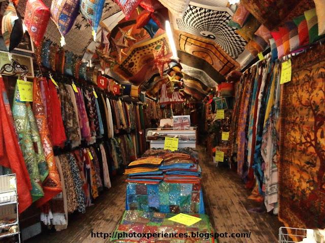 Fabric store in Stables Market, Camden, London. Tienda de telas en el Mercado de los Establos en Camden, Londres.