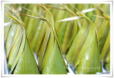 バナナの葉で包み、砂糖を詰めたココナッツミルクプリン