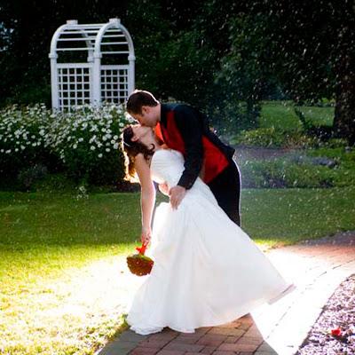 Свадебное фото: венчанные небесами и дождем