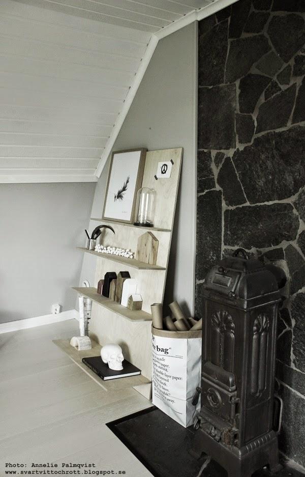 diy möbler, diy hylla, plywood, hyllor, trären, trärent, lutande hylla mot väggen, vägghylla, vägghyllor, väggen, väggar, arbetsrum, ordna pärmar, le sac en papier, papperspåse, svart och vitt, ateljé, arbetsrummet,