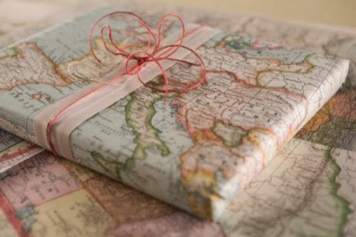 Papel de mapa envolviendo un regalo