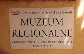 Tablica informacyjna przy bramie do Pałacu Jabłońskich w Głownie