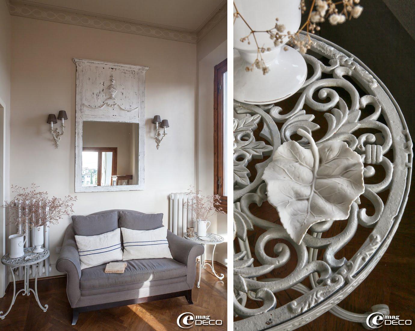 Coin lecture et détente dans la maison d'hôtes de charme 'Valdirose' près de Florence, appliques murales et miroir 'Blanc d'Ivoire', feuille en céramique 'Capodimonte'