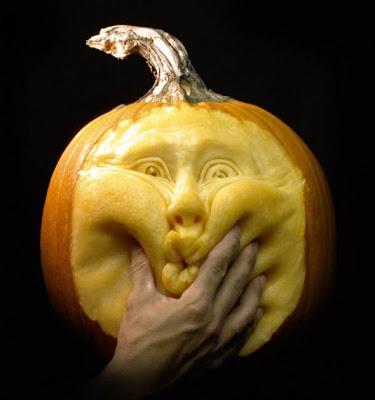 Curiosas escultura em abóbora Halloween