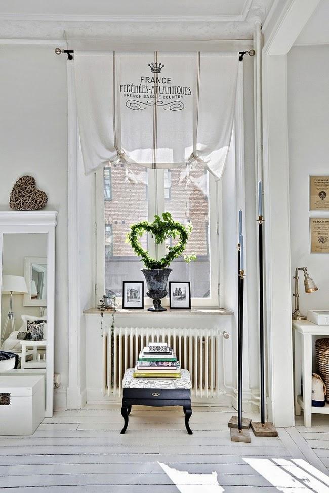 białe wnętrze, styl skandynawski, wiklinowy koszyk, ratanowy koszyk, okno, wystrój okna, zasłonka, firanka, zazdrostka