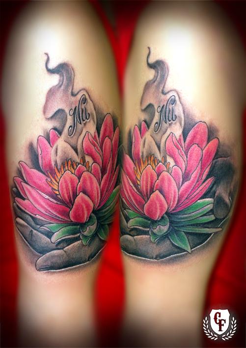 tatuaje flor de loto con mano