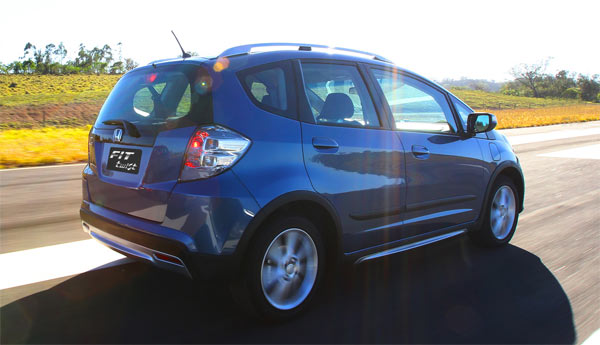 Na traseira, o Fit Twist tem lanternas translúcidas escurecidas e refletores destacados que dão um toque mais agressivo. As molduras dos para-lamas também são diferenciadas e deixam o veículo com ar mais robusto.