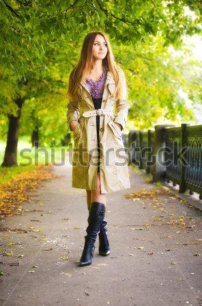 young-woman-walking-in-autumn-park- طريقة مشيتك تحدد خصوبتك