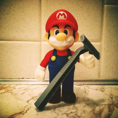Mario afeitándose el bigote
