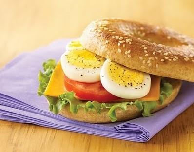 تناول البيض على الإفطار يخفض و ينقص الوزن - ساندوتش بيض بالطماطم - شطيرة