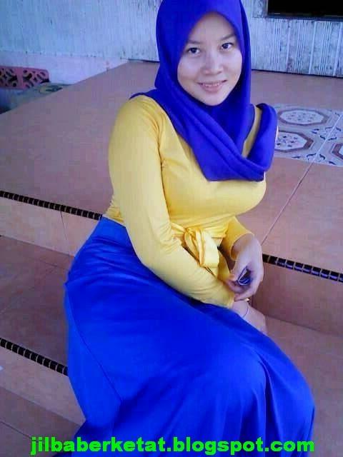 Tante Jilbab Semok Dengan Gaun Biru