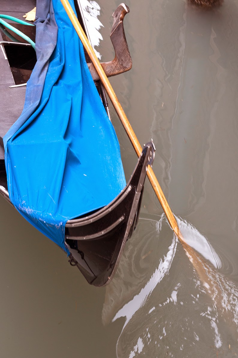 oar of partly covered gondola