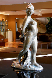 Statue style figuratif : Jeune fille nue, debout très cambrée
