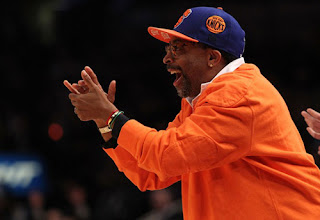 Spike Lee animando a sus eternos Knicks.