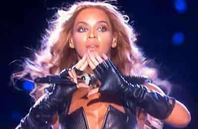 beyoncé haciendo el símbolo Illuminati