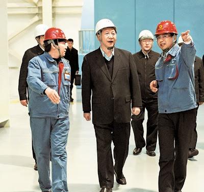 2013年12月28日,習近平在北京京橋熱電有限公司主廠房,察看發電供熱機組運行情況。
