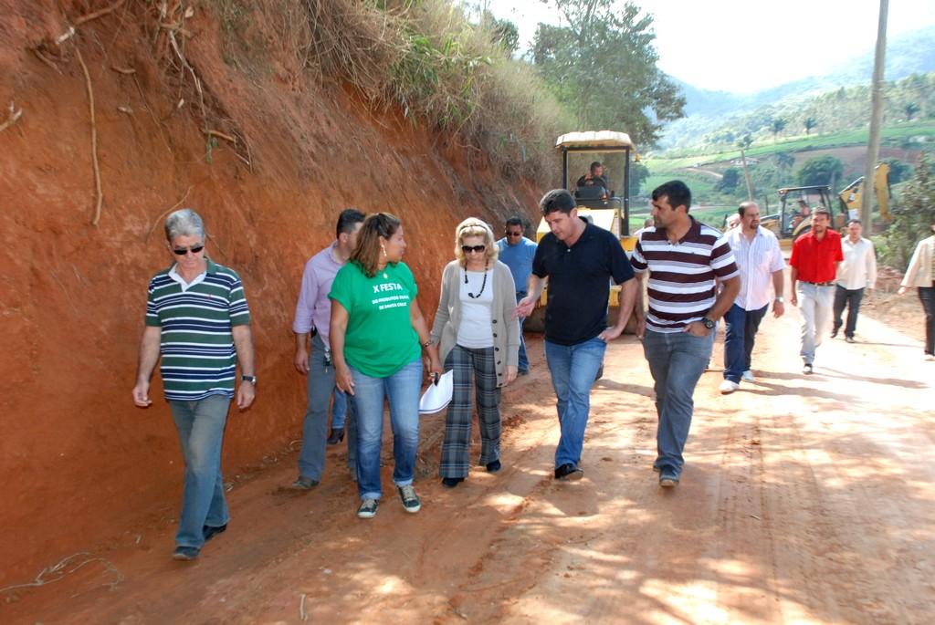 Comitiva vistoria a recuperação da Estrada do Batume, em Água Quente, importante via utilizada para o escoamento da produção agrícola