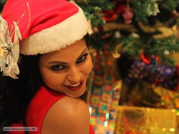 veena+malik+christmas+2012+(3)