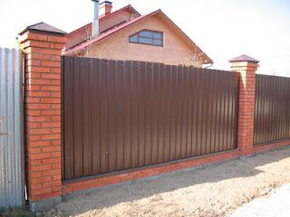 Забор из профлиста с кирпичными столбами. Фото 13
