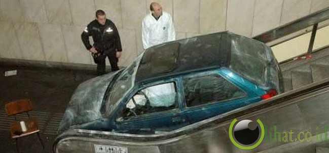 Mobil terjebak di eskalator