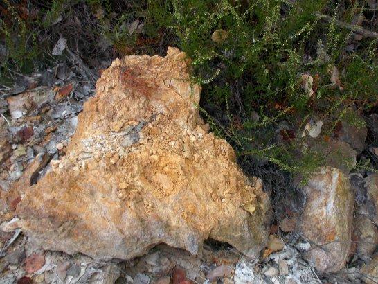 Un ammasso argilloso contenente terra gialla e terra bianca (caolino) nei pressi di Le Pescine, Roccastrada