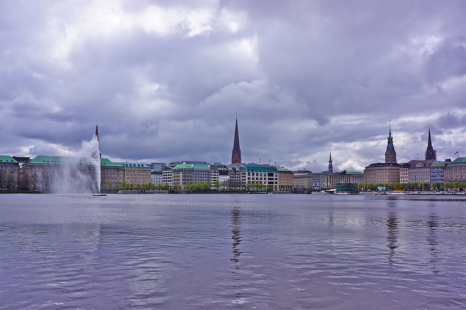 Picture of the Binnenalster and Jet d'eau (water fountain) in Hamburg, Germany.