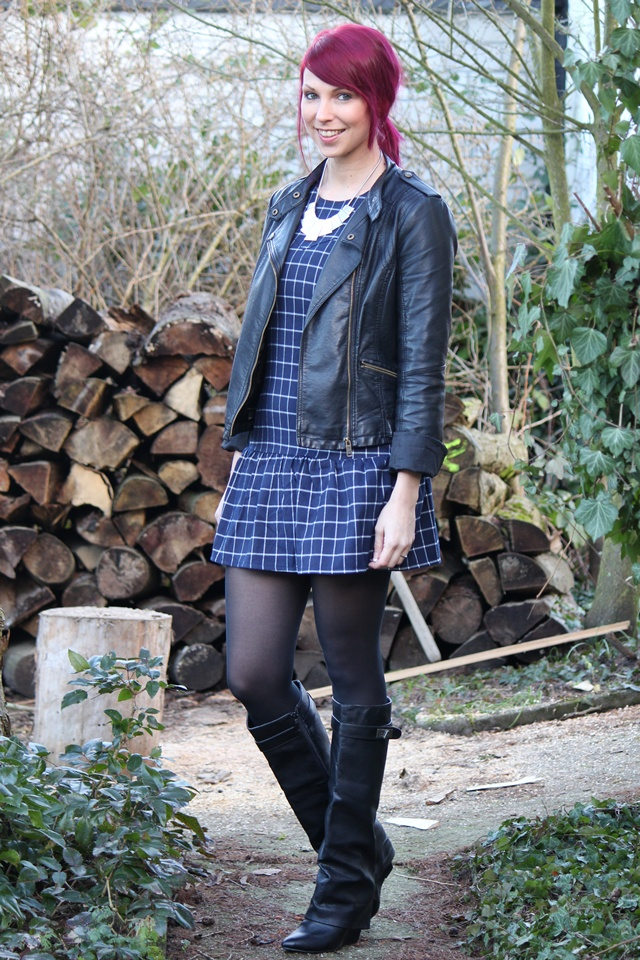 Fashionblogger Outfit pinke Haare Directions Kleid Humaic Stiefel Lederjacke