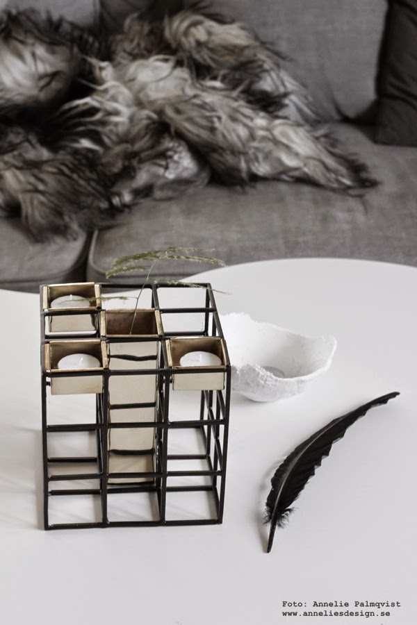 ljusstake, webbutiker med inredning, annelies design interior, ljusstakar, större ljusstake med vas också, svart och guld, svart fjäder, vitt soffbord, treklöver bord, ägg av gips, webshop, grå soffa, gråa soffor, tygsoffa, tygsoffor