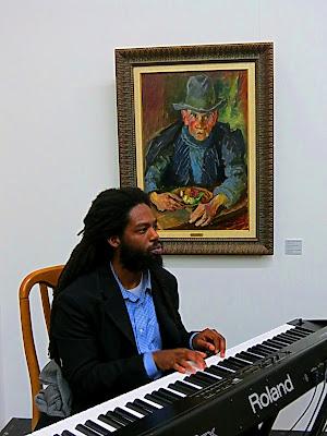 Во время презентации выставки Шапиро звучала классическая музыка и импровизации
