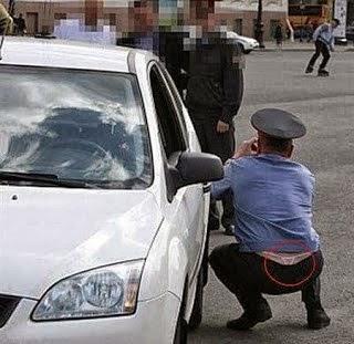 Polisi lagi ngerjain orang, dia juga lagi dikerjai orang lain