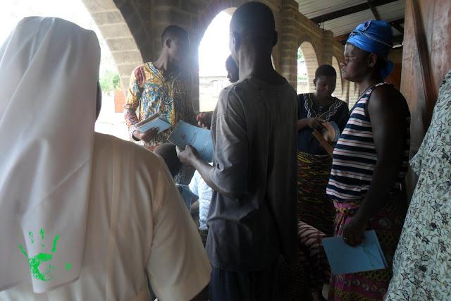 Consegna dei libretti scuola primaria in Africa