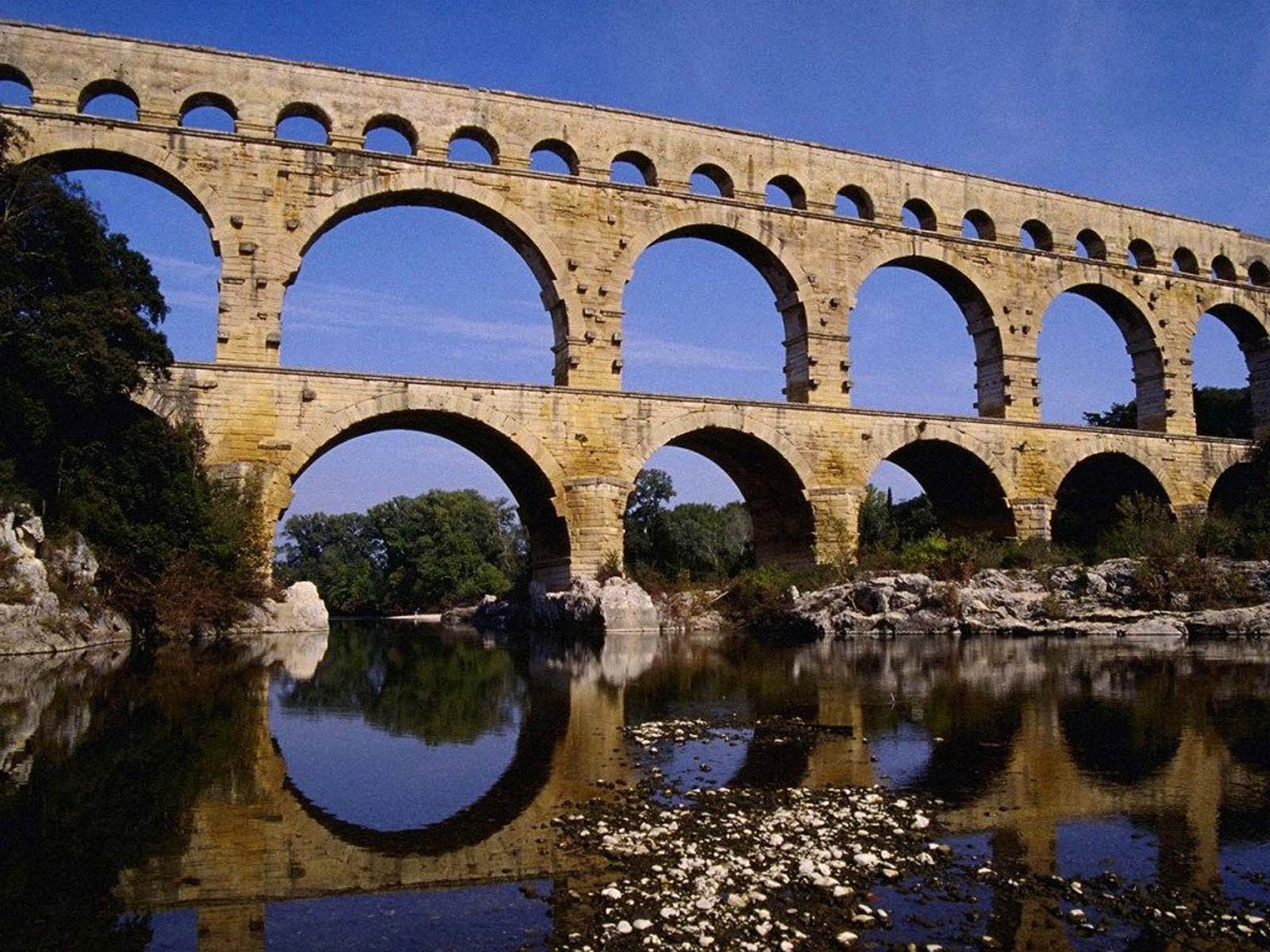 Wallpapers pont du gard roman aqueduct for Pont du gard architecte