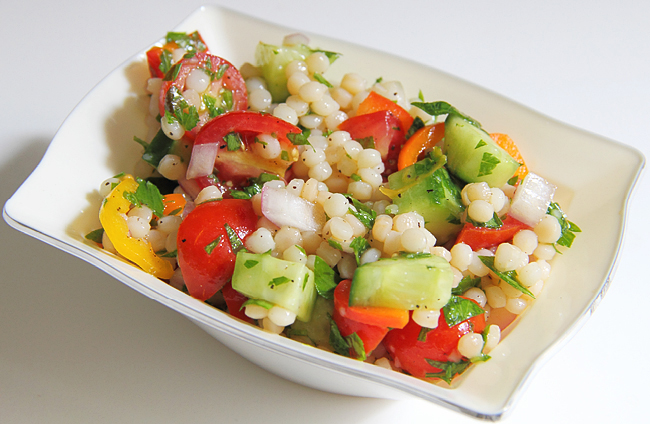 Салат с жемчужным кускусом и овощами