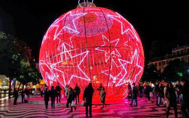Рождественский шар на площади Россио в Лиссабоне