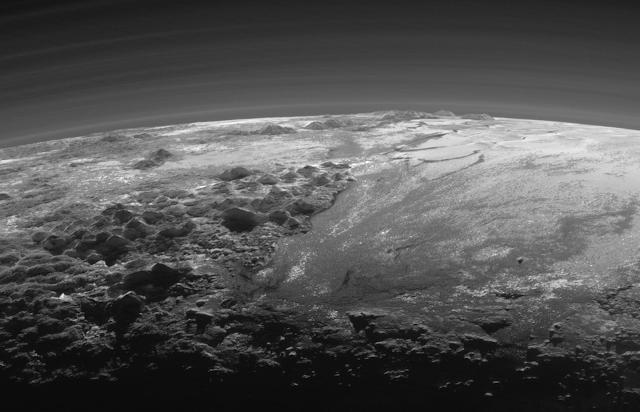 Lodowe góry i równiny na Plutonie - zbliżenie
