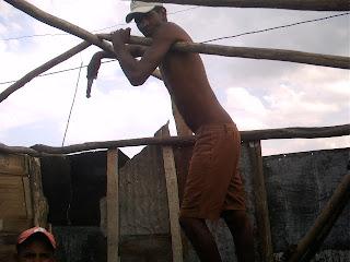 Siguen los desalojos en Cuba socialista: Viviendas reducidas a escombros en Bayamo  Un+hombre+recontruye+su+chosa+en+Bayamo+PICT0242