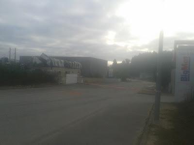 Fotografia do armazem que ardeu na zona industrial da gelfa.