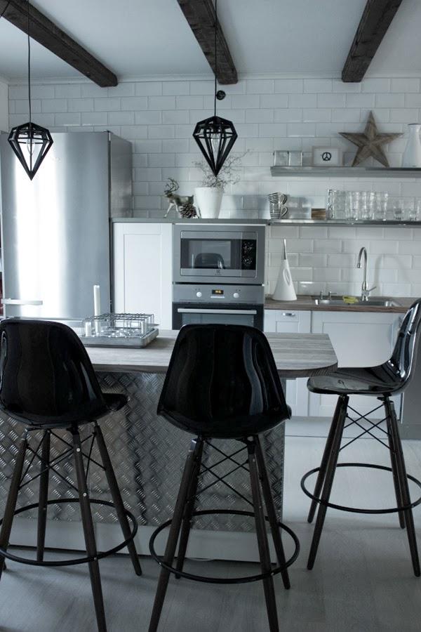 industriellt kök, köksrenovering 2013, kök 2013, renovera köket, köksö, plåt på köksön, barstolar, eames stolar, stumapastake, miele kylskåp, grått kök hth, hth i varberg, stjärna av trä från granit, dödens lampa,  bilder på före och efter renovering, vitt och grått kök, vitt golv i köket, tarkett cotton white